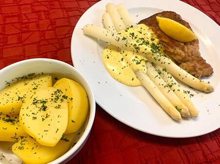 Restaurant in Düren: Spargel mit Lummerschnitzel und Salzkartoffeln
